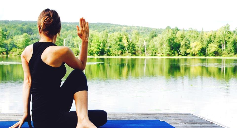 Stress-Management durch Wellness zu praktizieren - hier Yoga am See
