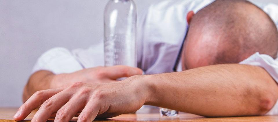 Alkoholvergiftung - Symptome, Erste Hilfe und Behandlung