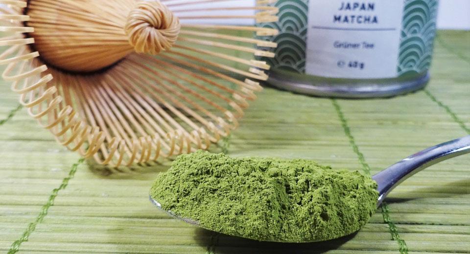 Zubereitung von Matcha mit Bambusbesen